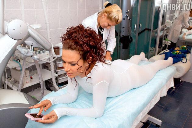 «Ухаживать за лицом мне помогают косметологи: раз в год я колю ботокс, два раза — гиалуроновую кислоту, увлажняющую кожу изнутри»