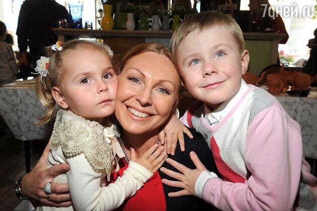Наталья Бочкарева с сыном и дочкой