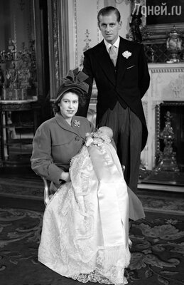 Самым страшным оскорблением, нанесенным новыми родственниками Филиппу, был отказ двора дать фамилию отца его с Елизаветой детям. Елизавета и Филипп с новорожденным Чарльзом позируют после крещения сына. Лондон. Букингемский дворец, 15 декабря 1948 г.