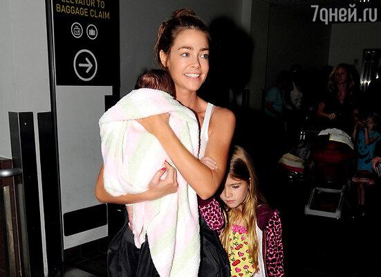 Дениз Ричардс впервые вывела в свет свою приемную дочь Элоиз Джони. Со старшей дочерью Сэм