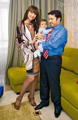 С бывшим мужем Рамом и четырехмесячным сыном Арджуном. Февраль 2008 г.