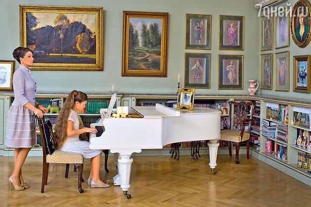 Анастасия Мельникова с дочерью Машей в своей квартире в Петербурге