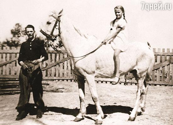 В семье Иоанны, когда отец стал директором банка, денег хватало. У нее в детстве даже была собственная лошадь