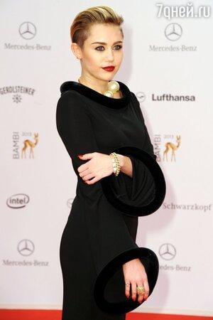 Майли Сайрус в платье от Jean Paul Gaultier, с перстнем от Lorraine Schwartz на церемонии вручения наград Bambi Awards 2013