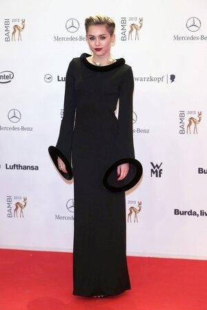 Майли Сайрус в платье от Jean Paul Gaultier, в босоножках от Fendi на церемонии вручения наград Bambi Awards 2013