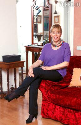Начав вести модную программу, Арина изменила подход к покупкам. «Телевизионные» пиджаки сменили яркие кофточки и блузки. На Арине Шараповой джемпер Sonia Rykiel