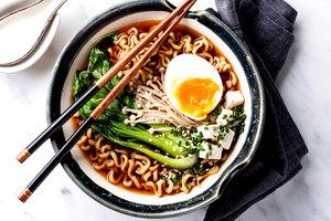 Суп с лапшой, яйцом и зеленым луком: рецепт от шеф-повара Гордона Рамзи