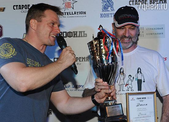 Александр Носик награждает победителя