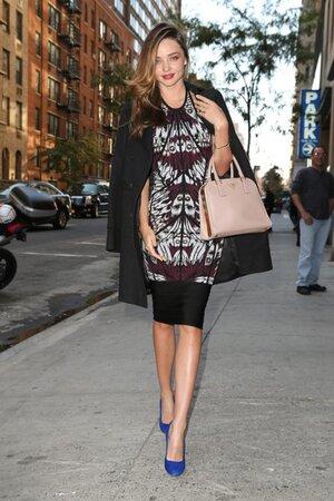 Миранда Керр в платье от Herve Leger By Max Azria, в туфлях от Manolo Blahnik и с сумкой от Prada