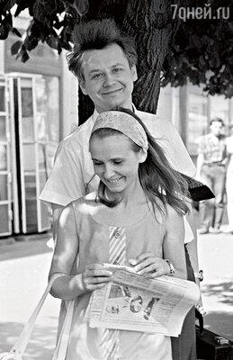 «Ефремов считал, чтоартистам нельзя отвлекаться нажизнь вне театра. И мечтал, чтобы все наши мальчики нашли жен внутри «Современника». Первым женился Табаков». (Олег Табаков с женой Люсей Крыловой. 1972 г.)