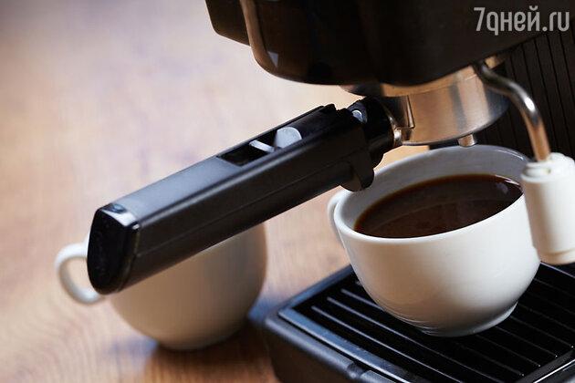 В Европу кофейные зерна попали сложным путем. Их привозили и как лекарство от всех болезней, и как отраву для огромных крыс, как средство от облысения, для изгнания бесов и т. п