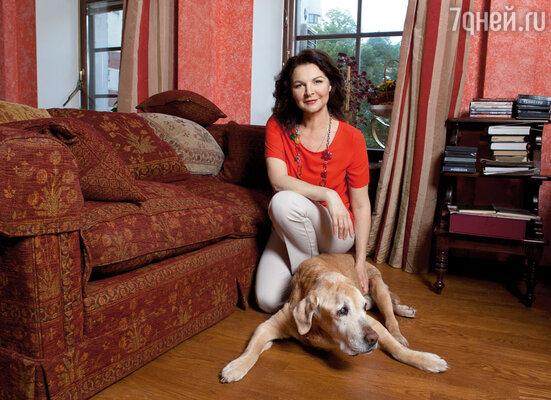 Наша собака — единственная, кто не говорит дома о театре и кино. Чук — полноправный член семьи, которого в силу возраста нельзя оставить одного