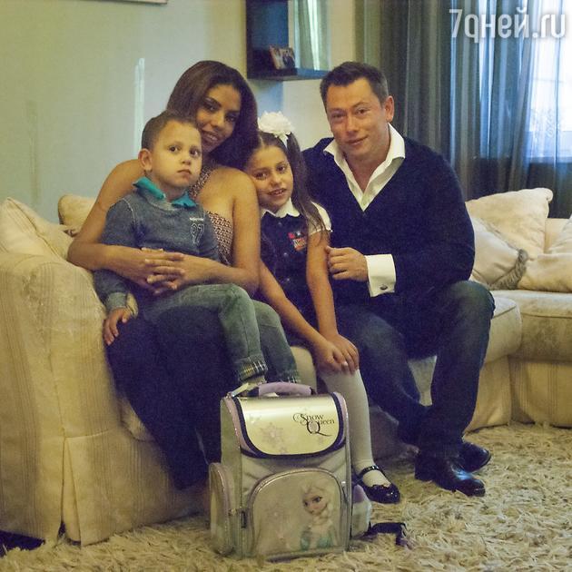 Габриэлла с дочкой Габриэллой, мужем Виталием  и сыном Микаэлом