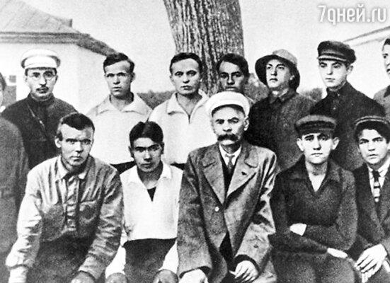 Максим Горький (в центре) с юными колонистами из трудовой колонии. Слева (во втором ряду ) Антон Макаренко - основатель детской комунны.