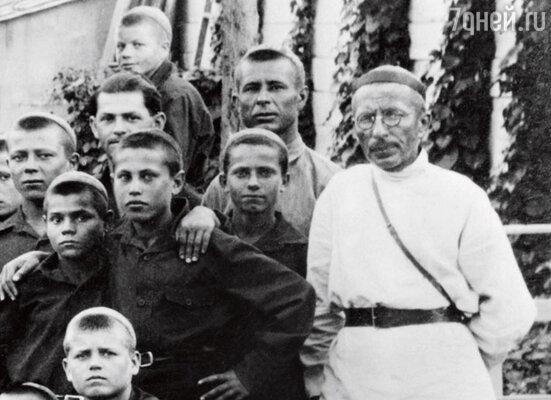 Коммунары зарабатывали раза в три больше советских рабочих. И могли позволить себе путешествовать по всей стране — кому такое снилось в 30-е годы? Антон Семенович с воспитанниками в Ялте. 1930 г.