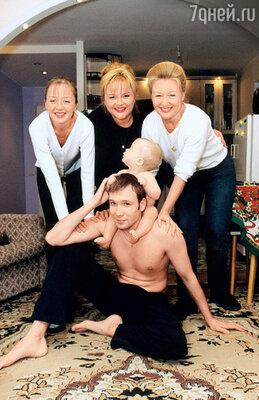 Александра Яковлева с дочкой Елизаветой (слева), сватьей Еленой, зятем Алексеем и внуком Артемом. 2000 год