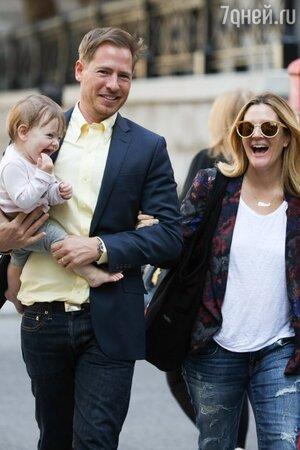 Дрю Бэрримор (Drew Barrymore) с мужем и дочерью