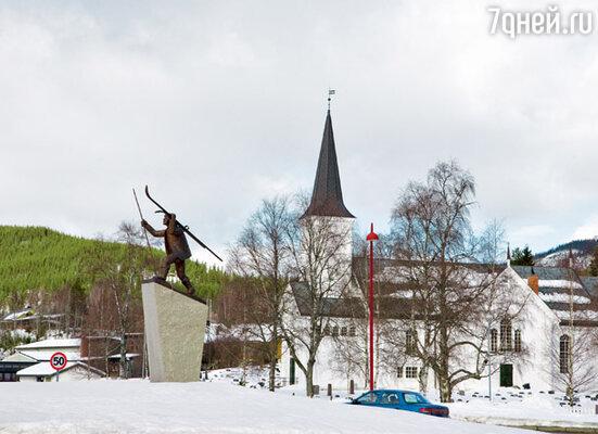 Встретить в Норвегии скульптуру лыжника — дело обычное. Этот установлен возле въезда в Трюсиль