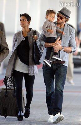 Холли Берри и Габриэль Обри с их дочерью Налой