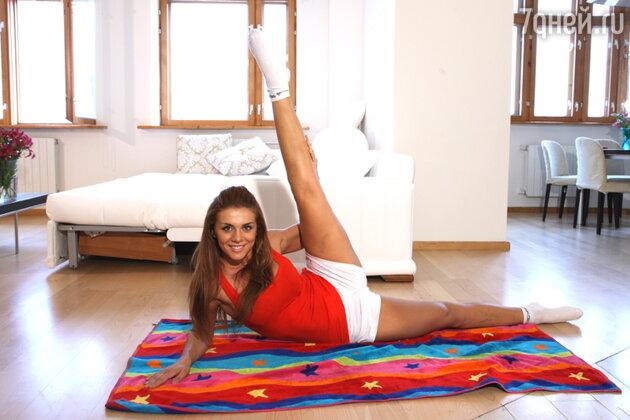 «К фитнес-инструкторам я уже практически не обращаюсь, потому что сама все знаю. У меня есть свой отработанный комплекс упражнений, которые я выполняю на коврике»