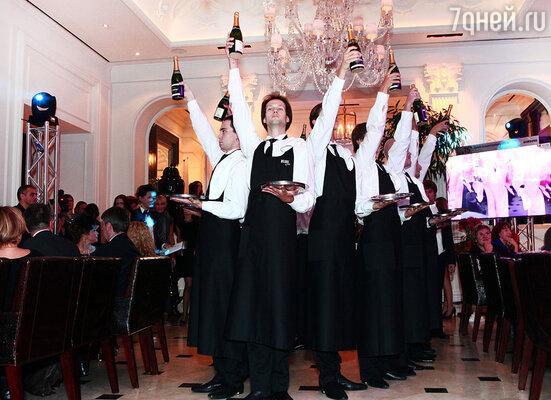 Хореографическое выступление с участием персонала ресторана, шампанским и подносами в руках. Овации не смолкали несколько минут кряду