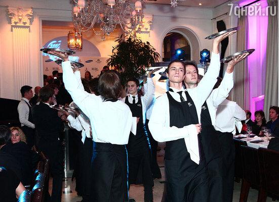 Настоящей феерией стал «Танец официантов» артистов Большого театра под марш из оперы Прокофьева «Любовь к трем апельсинам»