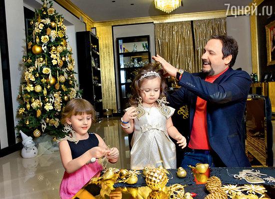 «Даже на Новый год в детстве мы с братом не были балованы игрушками — не имели родители такой возможности. Конфеты «Гулливер» да пара мандаринов — вот и весь наш подарочный новогодний набор...»