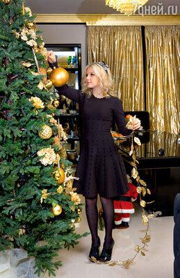 С особой тщательностью новогоднюю елку украшала старшая дочь Ева  (На Еве платье Alaia, ободок Lanvin)