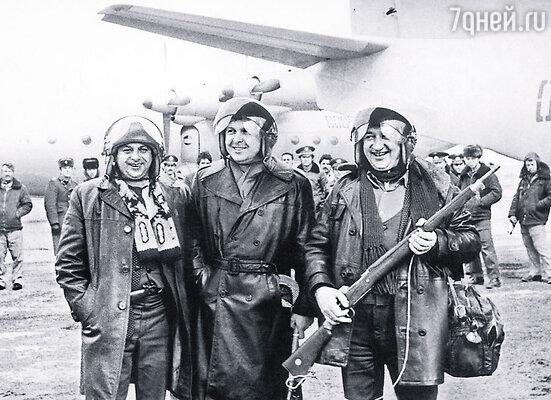 Из Афганистана, где «бабушки» вместе с Винокуром и Лещенко (на фото) давали концерты, папа привез настоящее ружье