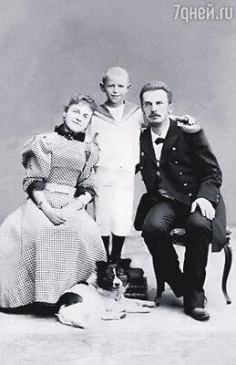 Дина ездила за мужем по всему свету, но в кругу офицерских жен она оставалась чужой. Петр Шмидт в Нагасаки с женой и сыном Евгением