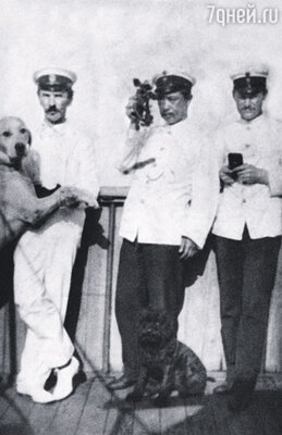 Когда Шмидту предложили должность второго помощника капитана на торговом судне, он согласился. Петр Шмидт (слева) с собакой на борту корабля
