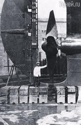 После увольнения из военного флота Петр Петрович служил вторым помощником на торговом пароходе «Диана». Шмидт возле «Дианы» в доке.