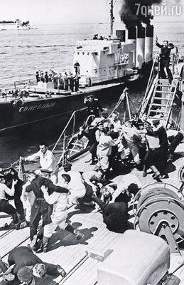 Мятеж на крейсере «Очаков», возглавленный Шмидтом,  едва не погубил Российскую империю. Кадр из фильма «Почтовый роман», 1969 г.