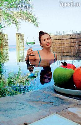 Даже ужин Эвелина проводила в воде