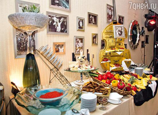 Пока одни приглашенные пробирались сквозь пробки, другие уже наслаждались закусками и аперитивами, которые приготовили для друга Буйнова итальянские шеф-повара Изекерия и Алессио