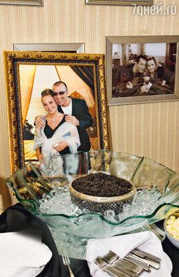 На угощение хозяева не поскупились — гостей ожидало ведерко черной икры из Ирана