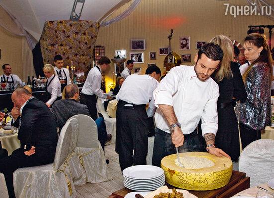 Трюфели для ризотто (их подавали в гигантской голове сыра пармеджано) повара привезли из Италии