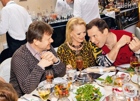 Чем именно развлекал Илья Спицин свою супругу Ларису Долину и музыканта Игоря Бутмана, неизвестно, но смеялись они не переставая