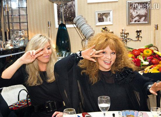 Алла Борисовна и жена Валентина Юдашкина Марина танцевали даже сидя за столом