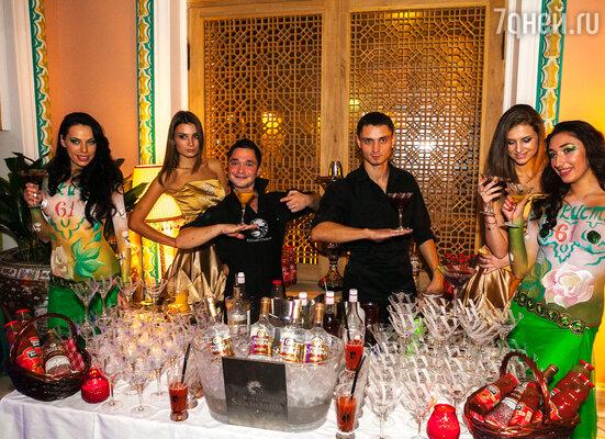 Ценителей изысканной кухни, среди которых оказалось много известных людей, в этот день ждал теплый восточный прием и бесплатный бар с коктейлями и соками