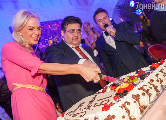 В заключение вечера гостям был предложен огромный праздничный торт, украшенный бенгальскими огнями, и даже самые утонченные дамы отведали по кусочку