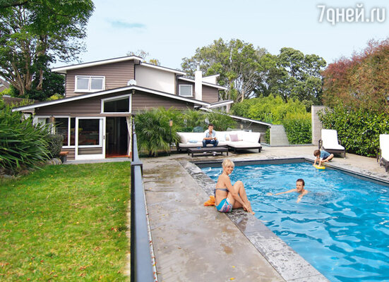 Даша в своем доме в Новой Зеландии вместе с мужем Андреем, его сыном от первого брака Андрюшей-младшим и их общим сыном Антоном