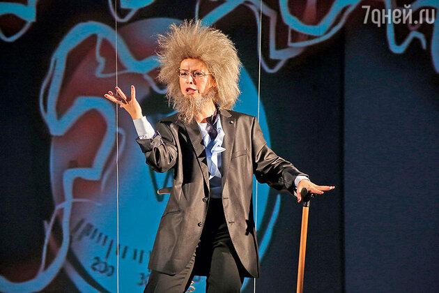 Елена Захарова в роли страстного профессора в спектакле «Хаос»
