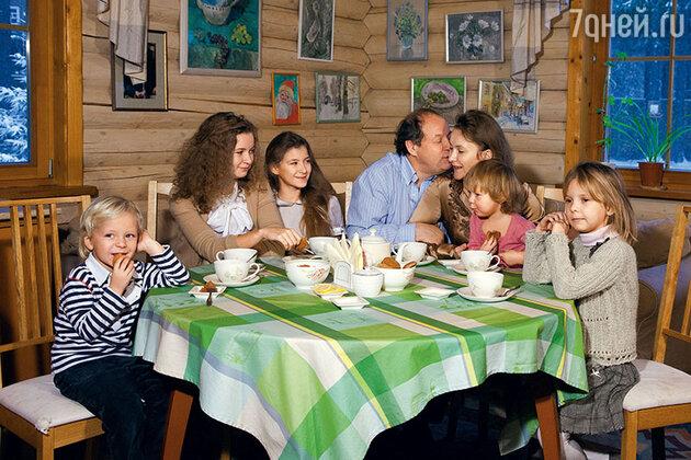 Дмитрий Астрахан с женой Еленой, сыном Витей, дочерьми Марией, Натальей, Лизой и Анной