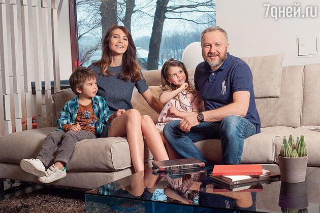 Андрей Грозный c женой Ксенией, дочкой Мартой и сыном Левой