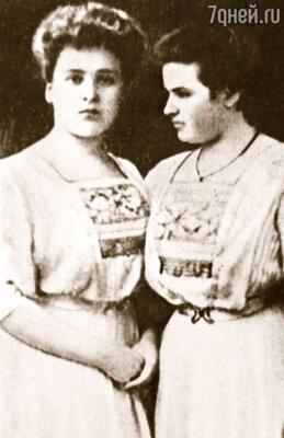 В Курске сестры Мухины слыли красой и гордостью губернских балов. Когда дядюшки разрешили племянницам переехать в Москву, курские кавалеры загрустили — Вера (справа) и Мария были завидными невестами, 1908 г.