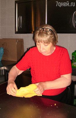 Интерес к кулинарии зародился у Тонины еще в детстве, когда, благодаря заботам ее отца - фермера синьора  Мариано, в доме не было недостатка в натуральных продуктах, из которых мама Тонины готовила простые, но исключительно вкусные блюда