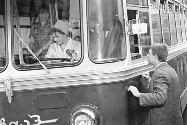«Смоктуновский артист нервный, онтакрванул к троллейбусу, чтоОлепришлось резко тормозить, чтобы не задавить партнера. Этусцену переснимали много раз»