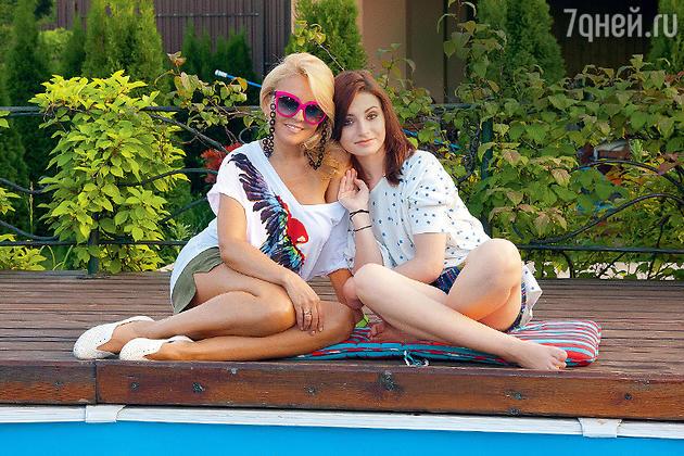Анжелика Варум остановилась на модной оправе ярко-розового цвета. С дочкой Лизой