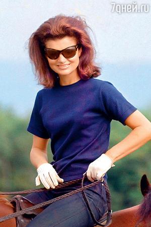 Снова популярны очки на пол-лица, которые так любила Джеки Кеннеди